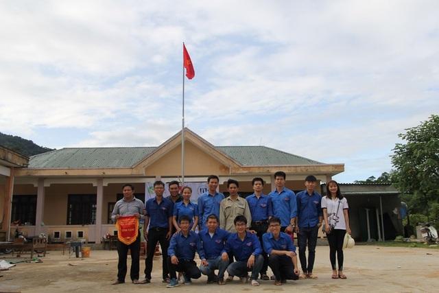Đoàn nguyện kết hợp với đoàn xã tổ chức buổi giao lưu và trao quà cho đoàn viên thanh niên bản Rào Con.