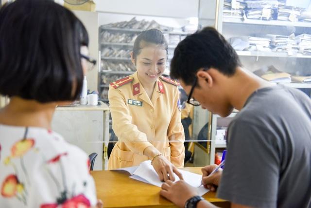 Giờ cao điểm giao thông buổi sáng thường kết thúc vào khoảng 8h30. Lúc này, Thượng uý Hà lại trở về trụ sở để tiếp tục làm các công việc hành chính như tiếp công dân giải quyết thủ tục, xử lý hồ sơ vi phạm...