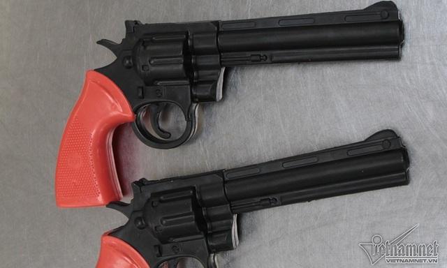 Mô hình khẩu súng nhựa giống như súng thật. Đây là đồ chơi tuyệt đối không được mang lên máy bay.