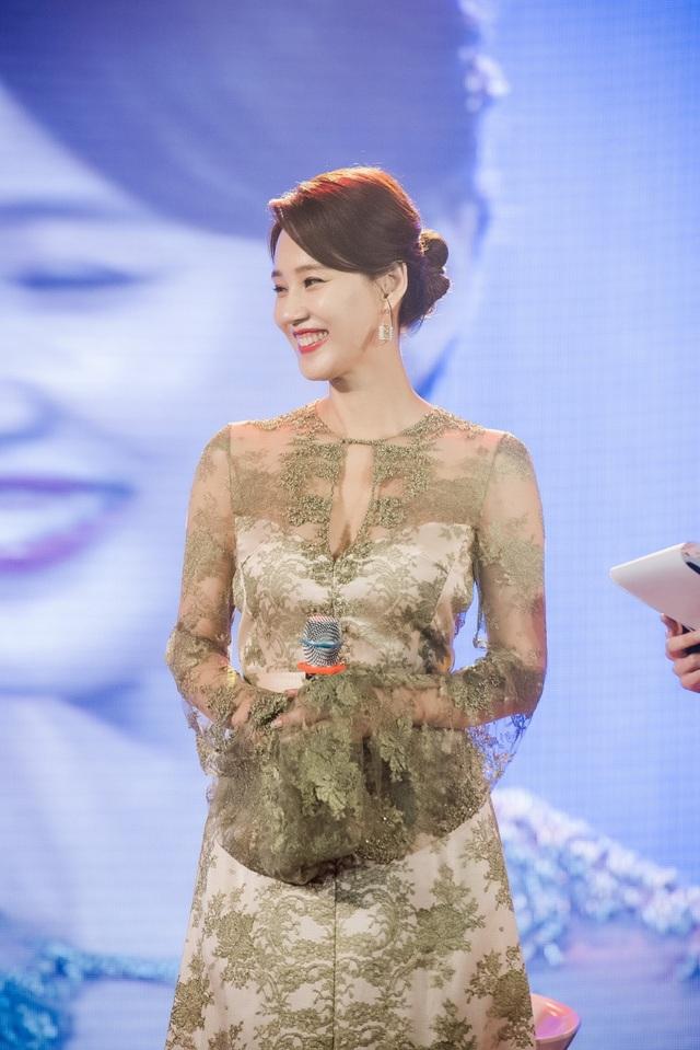 Oh Hyun Kyung sở hữu vóc dáng thanh mảnh tựa thiếu nữ khi đã bước vào tuổi 47.