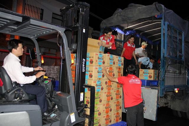 Tập thể nhân viên LOTTE Mart Nha Trang chuẩn bị hàng cứu trợ cho bà con vũng bão lũ