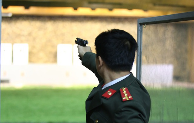 Không giống với những môn thể thao khác, thi đấu bắn súng cần một môi trường càng tập trung càng tốt. Bởi vậy, trong các cuộc thi không khí thường thầm lặng, căng thẳng và chỉ có tiếng súng nổ.