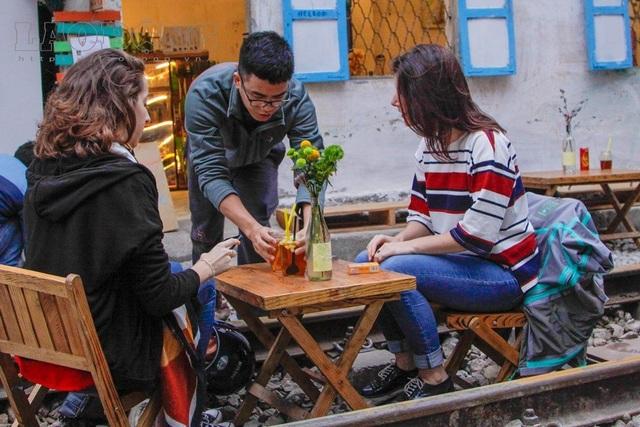 Hà Nội: Khách tây uống cà phê giữa đường tàu, có nguy hiểm? - 10