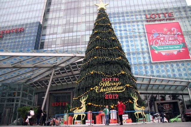 Được trang trí với màu sắc bắt mắt và cuốn hút, với chiều cao khổng lồ của mình, cây thông Noel này đã thu hút sự chú ý của rất nhiều bạn trẻ ghé qua và check in tại đây