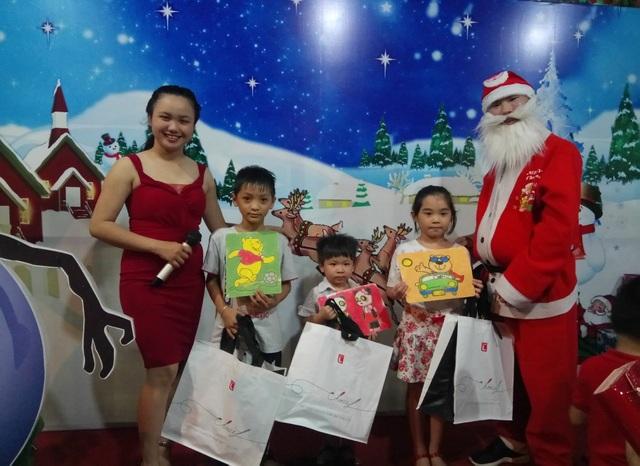 Ông già Noel trao tặng những phần quà từ nhãn hàng riêng Choice L của LOTTE Mart cho những bạn nhỏ có tác phẩm đẹp nhất