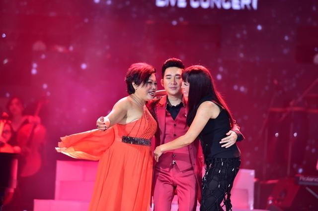 Siu Black và Phương Thanh vui vẻ ôm nhau sau khi hát.