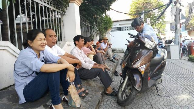 Phụ huynh chờ trước cổng trường thi tại Hội đồng thi Trường THCS Trần Văn Ơn, TPHCM.