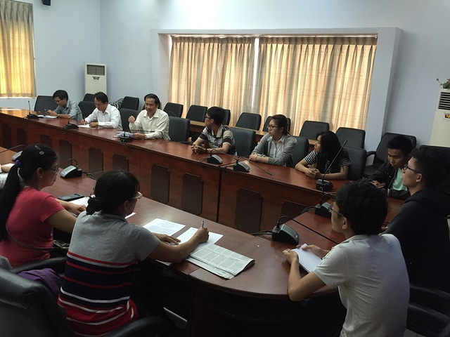 Gần 30 phụ huynh, sinh viên trường ĐH Tân Tạo xin chuyển đang trình bày với đại diện Cơ quan đại diện Bộ GD-ĐT tại TPHCM vào sáng ngày 7/3
