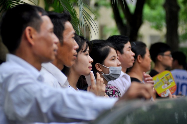 Phụ huynh lo âu trước cửa phòng thi tốt nghiệp THPT quốc gia 2016 tại Hà Nội (ảnh: Hà Trang)