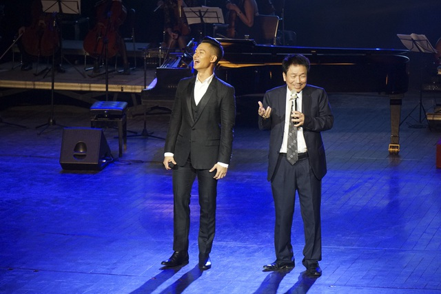 Nhạc sĩ Phú Quang giới thiệu ca sĩ Đức Tuấn với khán giả.