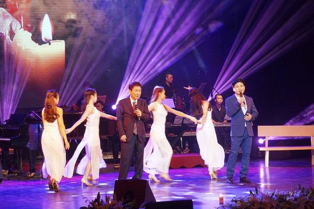 Nhạc sĩ Phú Quang và ca sĩ Tấn Minh thể hiện màn kết chương trình, Ngọn nến.