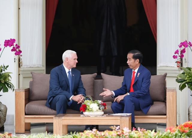 Phó Tổng thống Mỹ Mike Pence (trái) trò chuyện cùng Tổng thống Indonesia Joko Widodo tại dinh tổng thống ở thủ đô Jakarta hôm 20/4.