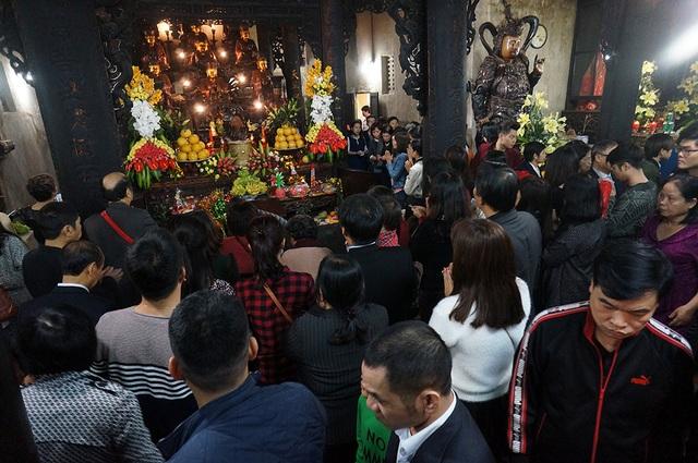 Trước Tam Bảo trong chùa Phúc Khánh, luôn có rất đông người hành lễ.
