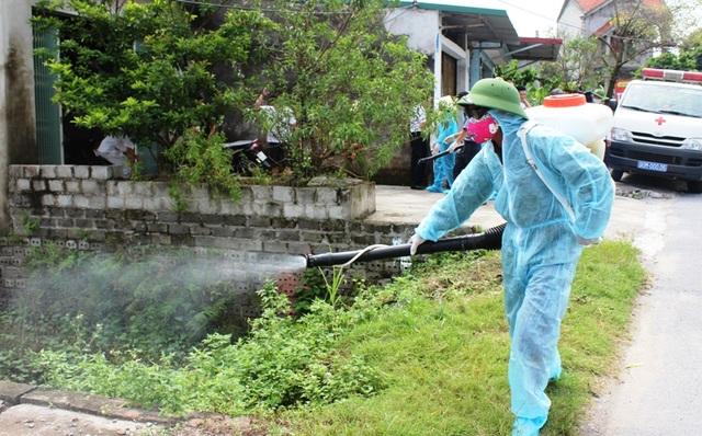 Phun thuốc diệt muỗi tại khu vực có chùm ca bệnh sốt xuất huyết