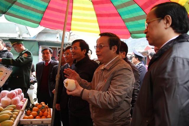 Phó Chủ tịch Quốc hội hỏi về nguồn gốc lê, táo bán trong chợ, tiểu thương trả lời mua ở Trung Quốc nhưng cũng qua trung gian, không biết cụ thể hàng lấy từ đâu.