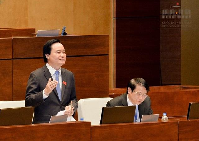 Bộ trưởng Phùng Xuân Nhạ giải thích, dù phải chỉnh thời điểm bắt đầu áp dụng nhưng tổng thời gian triển khai chương trình giáo dục phổ thông mới vẫn là 5 năm, không tăng kinh phí.