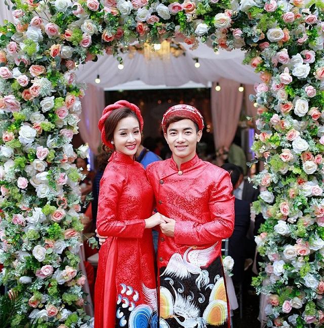 Vận động viên thể dục dụng cụ Phạm Phước Hưng diện áo dài đôi với bạn gái Ngô Khánh Linh trong lễ ăn hỏi
