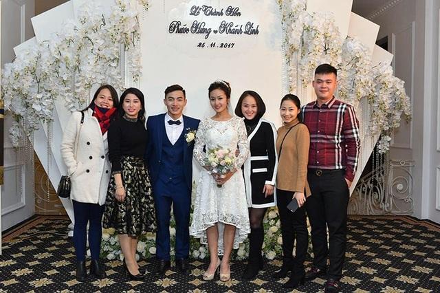 """Vợ chồng """"búp bê thể thao"""" Ngân Thương (bên phải hình) và những người bạn tại đội tuyển nữ quốc gia cũng đến chia vui với cặp đôi Hưng – Linh"""