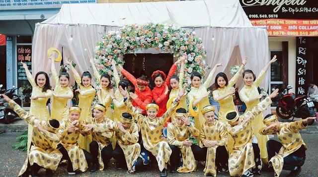 Khoảnh khắc ngộ nghĩnh của cặp đôi Khánh Linh – Phước Hưng và dàn phù dâu phù rể.