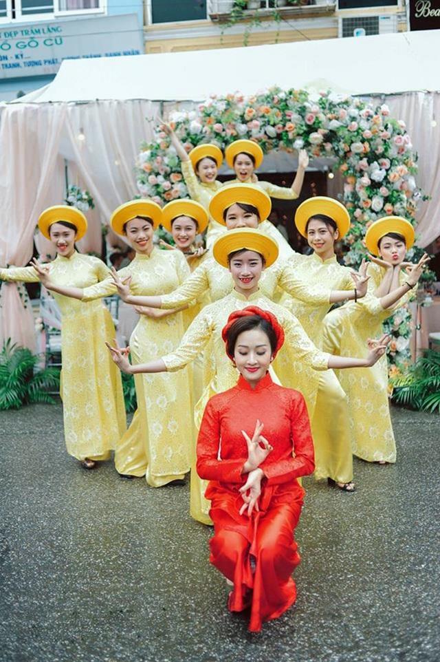 Dàn phù dâu của Khánh Linh cũng là những người bạn ở trường múa, bởi vậy tất cả đều nhiệt tình tạo dáng như trong các bài múa