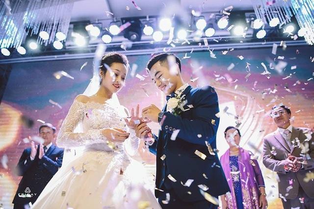 Trao nhau chiếc nhẫn cưới gắn kết 2 cuộc đời