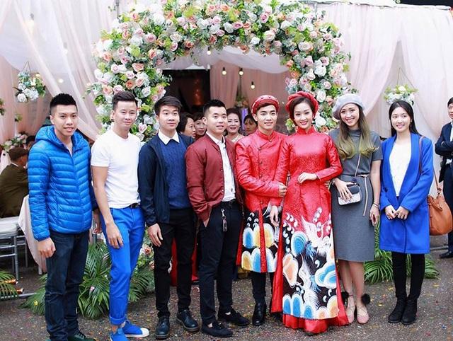 HLV Thu Hà, Minh Sang và nhiều đồng đội của Phước Hưng tại đội tuyển TDDC Việt Nam cũng có mặt để chúc mừng
