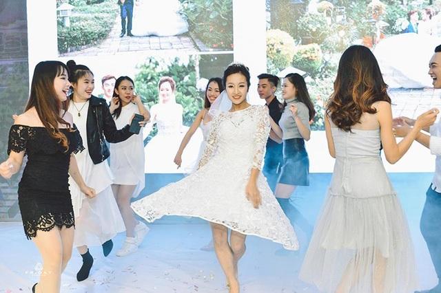 Khánh Linh tinh nghịch trình diễn một vài động tác múa cùng những người bạn của mình