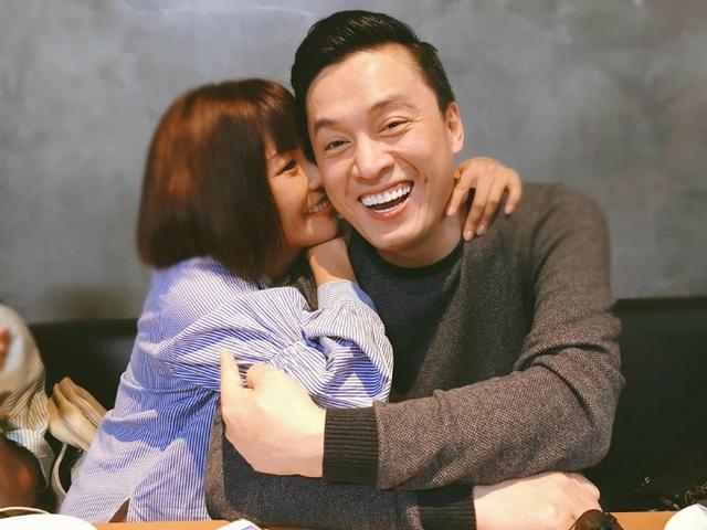 Lam Trường chia sẻ ảnh được Phương Thanh ôm thắm thiết: Mừng em Chanh chưa 18+. Cái này gọi là cưỡng hôn, bé Gà ngày càng dễ thương.