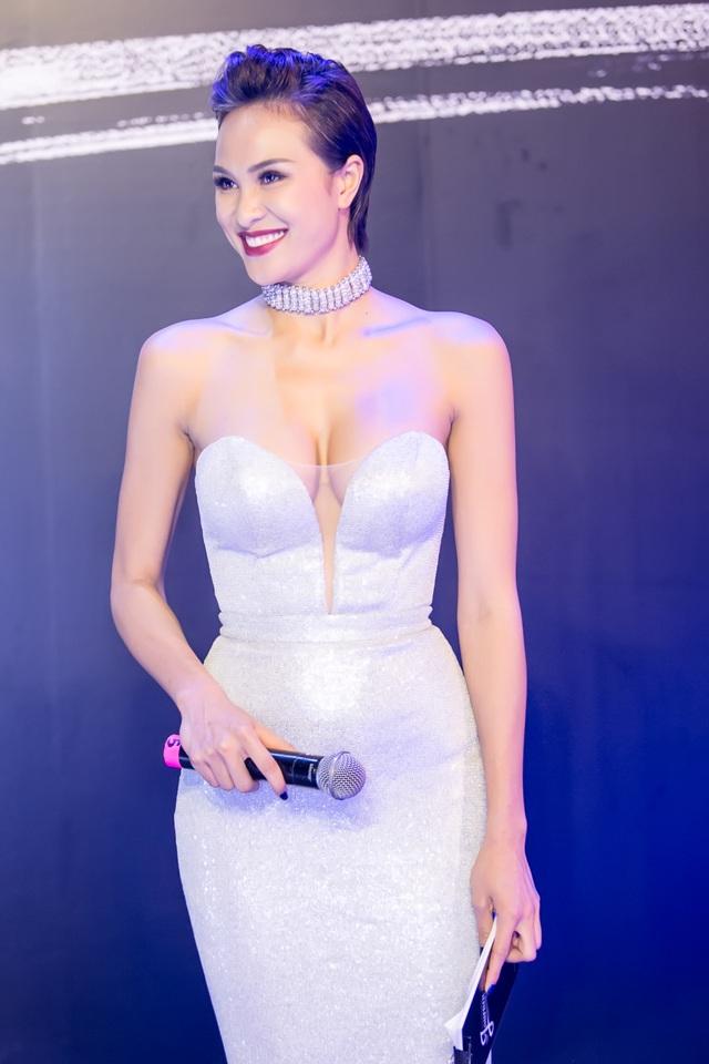 Vừa hoàn thành công việc MC tiếng Anh tại đêm chung kết Hoa Hậu Hữu Nghị Asean 2017, cô bay ra Hà Nội để dẫn dắt sự kiện.