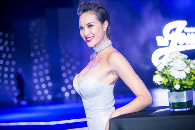 Trong sự kiện mới đây, Phương Mai khoe trọn vẻ sexy, đặc biệt là vòng 1 nóng bỏng trong bộ cánh trễ nải.