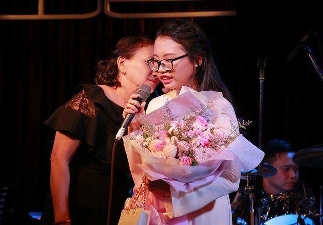 Mẹ của Phương Mỹ Chi lên sân khấu cùng con gái
