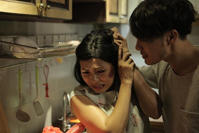 Trong phim, Phương Thanh đã bị Trương Thanh Long tát rất nhiều lần đến nỗi bị đau rát, đỏ bừng mặt... NTK Trương Thanh Long cho biết mình cũng thực sự bị ám ảnh vì phải đánh Phương Thanh quá nhiều.