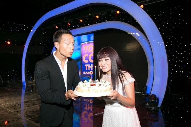 Bên cạnh đó, diễn viên Kim Lý đã âm thầm chuẩn bị một chiếc bánh sinh nhật cho đàn chị.