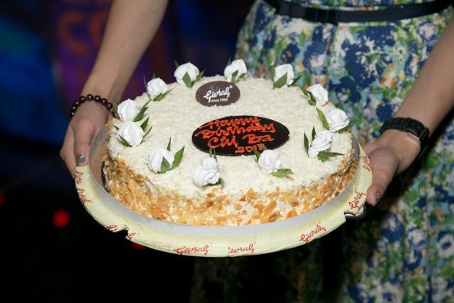 Đặc biệt, chiếc bánh được ghi dòng chữ Chúc mừng sinh nhật chị Ba (tên nhân vật người tình trong tù của Trương Ngọc Ánh, do Phương Thanh thủ vai trong Hương Ga - bộ phim Kim Lý và chị từng tham gia diễn xuất).