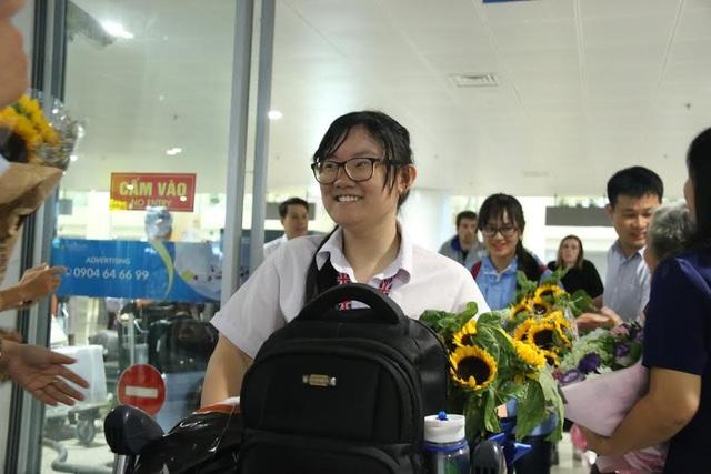 Phương Thảo được sự đón chào nồng nhiệt của người thân, thầy cô, bạn bè khi trở về.