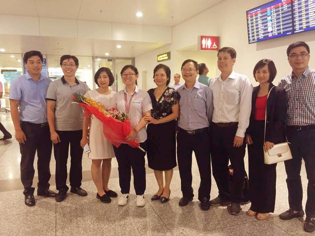 Gia đình và thầy cô chúc mừng Phương Thảo giành huy chương bạc Olympic Sinh học Quốc tế 2017.