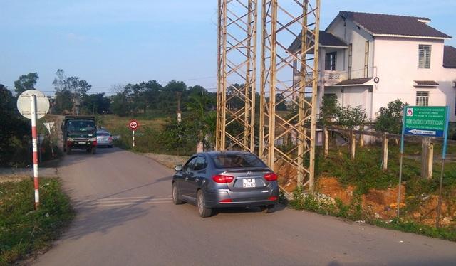Để tránh việc phải nộp phí đường bộ, nhiều phương tiện ô tô tìm cách len lỏi vào đường liên thôn