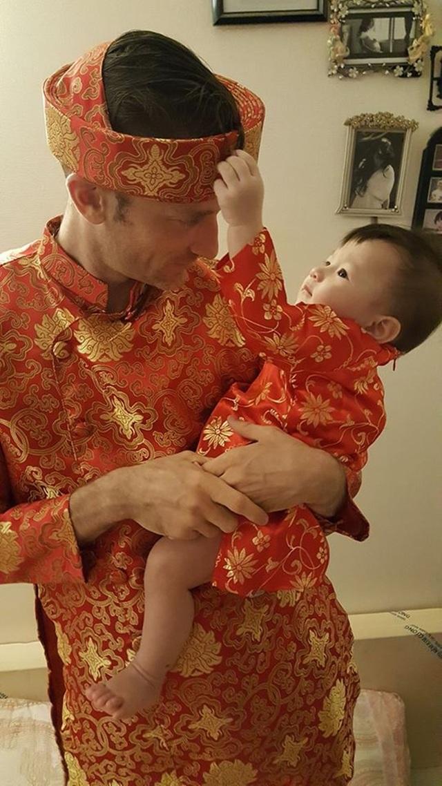 Chồng và con gái Phương Vy mặc áo dài truyền thống Tết Đinh Dậu.