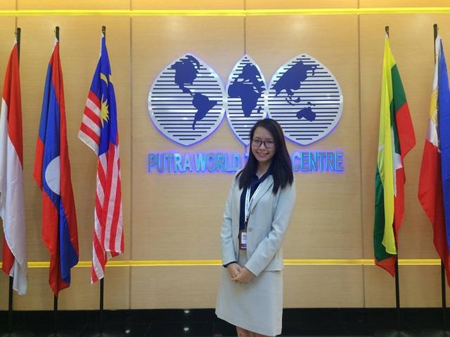 Cựu nữ sinh trường Ams tại hội thảo Lãnh đạo nữ trẻ ASEAN 2015 (Malaysia)