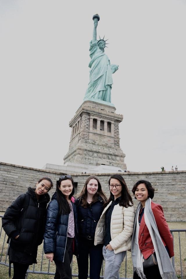 Phương Thảo (thứ 2 từ phải sang) cùng bạn bè quốc tế tại chương trình Học bổng Sáng kiến Thủ lĩnh trẻ Đông Nam Á (YSEALI, tại Mỹ)