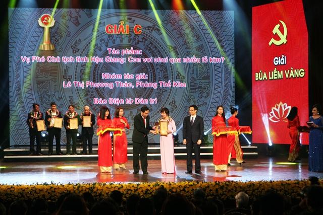 Nhà báo Lê Thị Phương Thảo, báo Dân trí lên nhận Giải báo chí toàn quốc về xây dựng Đảng