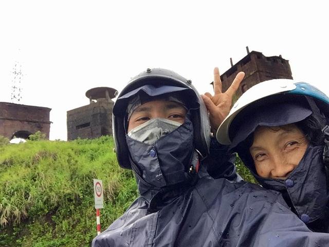 Mặc dù liên tục gặp mưa dọc đường đi, nhưng cả hai vẫn luôn cười rất tươi và tự tin vào cuộc hành trình của mình.