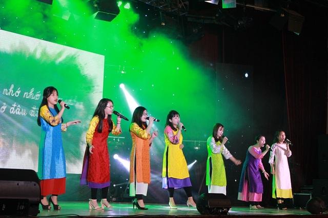 Màn biểu diễn mang màu sắc đương đại của tốp ca đội Văn nghệ xung kích được thể hiện qua ca khúc Sắc màu.