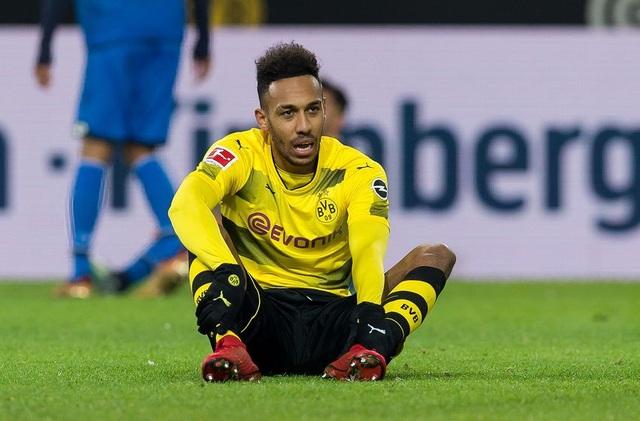 Mùa giải trước, Aubameyang đã đánh bại Lewandowski trở thành Vua phá lưới Bundesliga với 31 pha lập công. Sang mùa này, dù khúc mắc với BLĐ đội bóng (về vấn đề tương lai) nhưng chân sút người Gabon cũng đóng góp 13 bàn cho Dortmund.