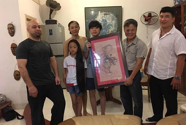 Cao thủ Pierre Flores tặng bức tranh Mãnh hổ làm quà lưu niệm cho võ sư Đoàn Bảo Châu