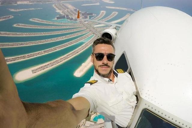 Bức hình gây sốt mới nhất của Daniel khi thò cổ ra bên ngoài chụp hình selfie khi đang bay trên bầu trời Dubai