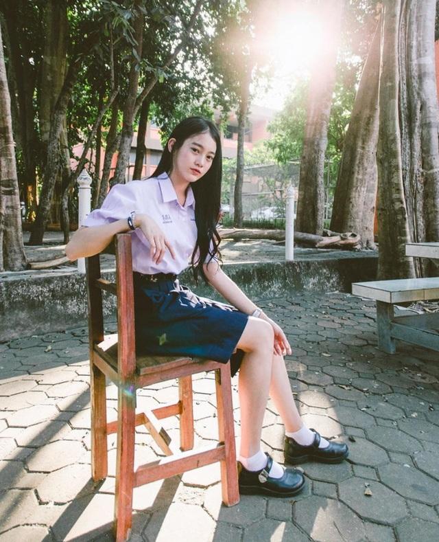 Pimploy vẫn còn là học sinh. Cô được biết đến từ những hình ảnh mặc đồng phục đi học như bao bạn bè khác nhưng lại xinh đẹp nổi bật.
