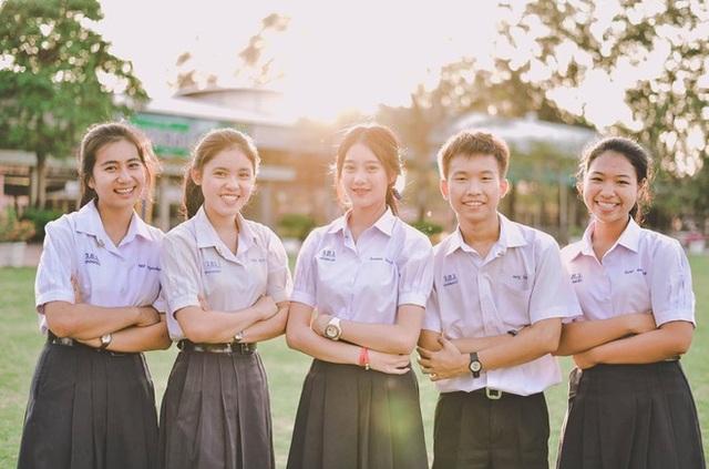 Pimploy Chitranapawong (ở giữa ảnh) được mệnh danh là hot girl học trò ở Thái Lan.