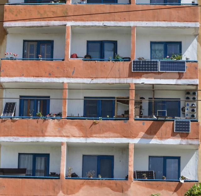 Hình ảnh những tấm pin năng lượng mặt trời treo trước cửa các căn hộ đã trở nên quen thuộc tại Triều Tiên (Ảnh: LA Times)
