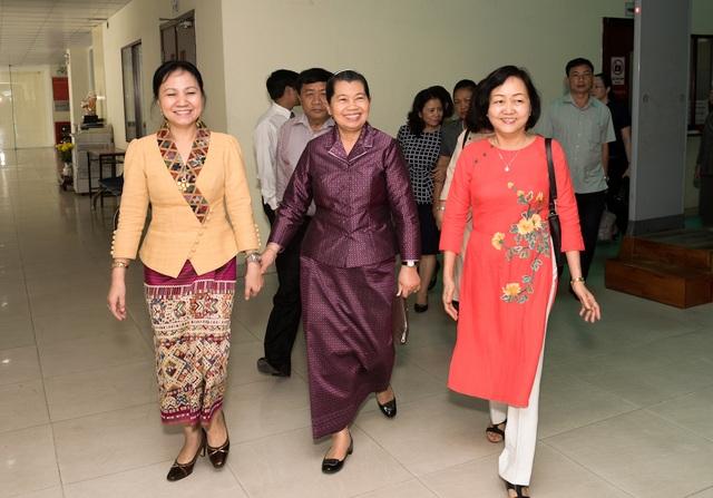 Bà Nguyễn Thị Cúc (áo dài) – đại diện công ty tiếp đón đoàn đại biểu